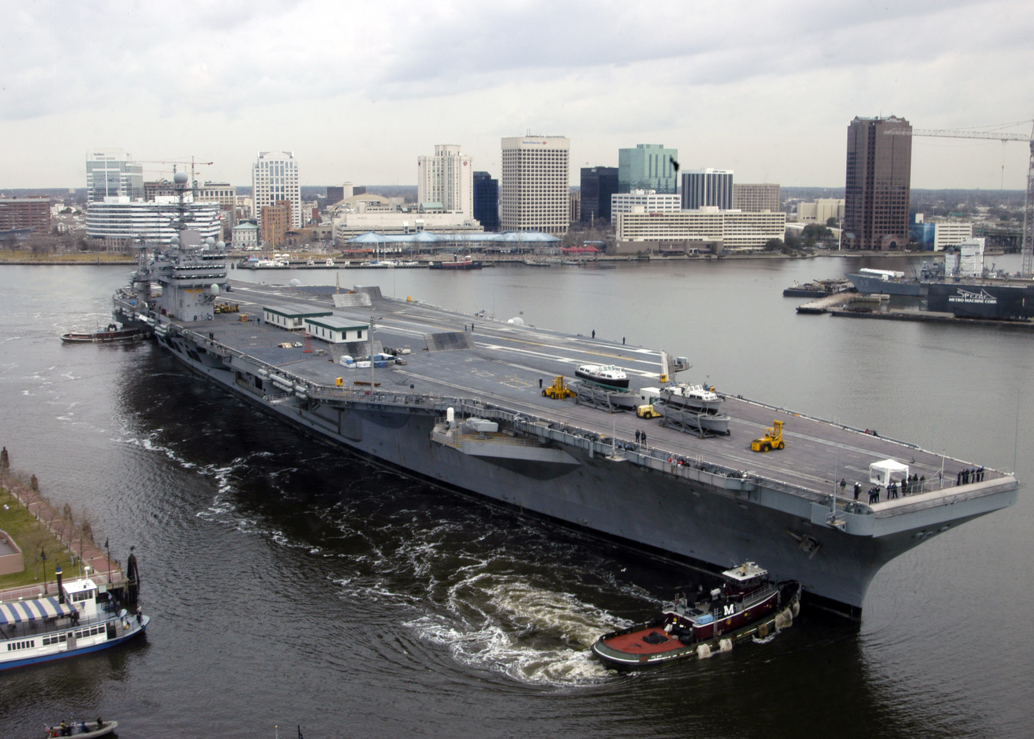 US_Navy_070307-N-8138B-001_Nimitz-class_aircraft_carrier_USS_Theodore_Roosevelt_(CVN_71)_makes_her_transit_down_the_Elizabeth_River_from_Naval_Station_Norfolk_to_Norfolk_Naval_Shipyard